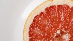 Neue Scheibe der roten Pampelmuse auf einer wei?en Platte stockbild