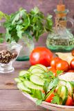 Neue Scheiben von Gurken, von Tomaten und von Petersilienblättern Stockfotos