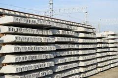 Neue Schienen und Lagerschwellen Die Schienen und die Lagerschwellen werden auf einander gestapelt Erneuerung der Eisenbahn Eisen stockbild