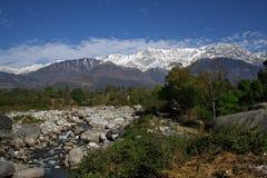 Neue Schneefälle auf Himalajareichweiten im kangra vall Stockbilder