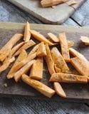 Neue Schnittscheiben von den Süßkartoffeln gemacht in Fischrogen mit Kräutern Stockfotografie