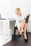 Neue Schuhe des Geschäftsfrau-Fußschmerzabnutzungs-hohen Absatzes Lizenzfreie Stockfotografie