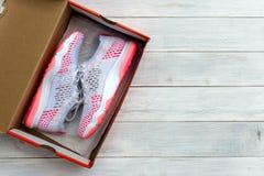 Neue Schuhe, in geboxt auf Holztischhintergrund stockfoto
