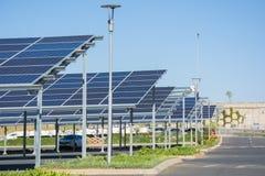 Neue Sonnenkollektorautoparkplätze im Parkplatz des Makro-Speichers lizenzfreie stockfotografie