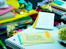Neue Sprachschreibens-Wörter viele Male auf dem Notizbuch lernen; Stockbilder