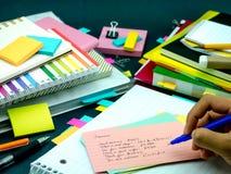 Neue Sprachschreibens-Wörter viele Male auf dem Notizbuch lernen; Lizenzfreies Stockfoto
