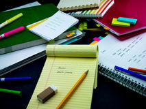 Neue Sprachschreibens-Wörter viele Male auf dem Notizbuch lernen; Stockfotografie