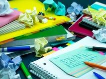 Neue Sprachschreibens-Wörter viele Male auf dem Notizbuch lernen; Lizenzfreie Stockfotografie