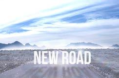 Neue Straße gegen die Straße, die heraus zu den Horizont führt lizenzfreies stockfoto