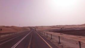 Neue Straße von der Oase Liwa zu Moreeb-Düne im Unebenheitsal Khali-Wüstenvorrat-Gesamtlängenvideo stock footage