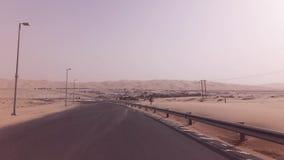 Neue Straße von der Oase Liwa zu Moreeb-Düne im Unebenheitsal Khali-Wüstenvorrat-Gesamtlängenvideo stock video