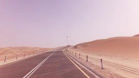 Neue Straße von der Oase Liwa zu Moreeb-Düne im Unebenheitsal Khali-Wüstenvorrat-Gesamtlängenvideo stock video footage