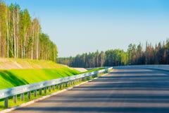 Neue Straße wird in den Wald gelegt Stockbilder