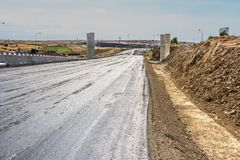Neue Straße, zum einer ersten Schicht zu asphaltieren stockfotos