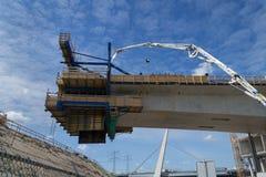 Neue Straßenbrücke, die errichtet wird Neues Teil hängt in der Luft Lizenzfreies Stockfoto