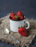 Neue strawberrys auf dem Tisch, süßes Frühstück Stockbilder