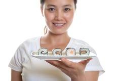 Neue Sushirollen mit japanischer Kellnerin Stockbild