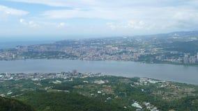 Neue Taipeh-Stadt Guanyinshan hartes Hanling, den Frischwasserfluß, Taiwan übersehend stock video footage