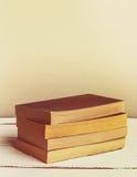 Neue Taschenbücher der Weinlese auf Holztisch Kopieren Sie Platz Vertikales Bild retro Stockfotos