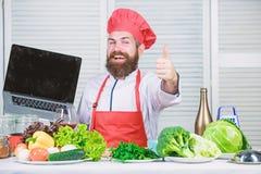 Neue Technologie K?che kulinarisch vitamin Gl?cklicher b?rtiger Mann Chefrezept Gesundes Lebensmittelkochen Reifer Hippie mit stockbilder