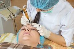 Neue Technologien im dauerhaften Make-up Stockfotos