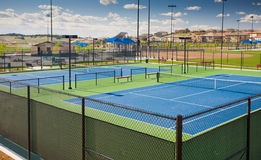 Neue Tennisgerichte an einem Gemeinschaftspark stockfotografie