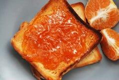 Neue Toast mit selbst gemachter Orangenmarmelade auf Gray Plate über hölzernem Hintergrund Stockbild