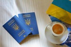 Neue ukrainische blaue biometrische Passlüge auf dem Tisch Ukrainischer biometrischer Pass, der ein Fenster zu Europa öffnet Stockfotografie