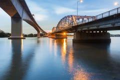Neue und alte Brücke kreuzen vorbei Bangkok-Stadtfluß Stockfoto