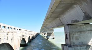 Neue und alte Brücke und Strommaste Lizenzfreie Stockfotos