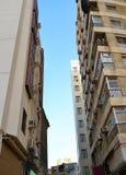 Neue und alte Gebäude gegen einander Stockfotos