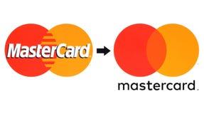 Neue und alte MasterCard-Logos druckten auf Weißbuch