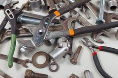 Neue und alte Schlüssel, Nüsse, Bolzen und Nüsse für Nahaufnahme der mechanischen Arbeit Stockbilder