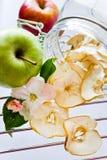 Neue und getrocknete Apfelscheiben in einem Glasgefäß Stockfoto
