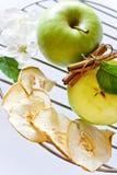 Neue und getrocknete Apfelscheiben mit Zimtgewürz Stockfotos