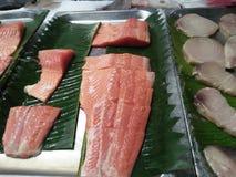 Neue und konservierte Stücke Seefischfleisch stockfotos