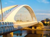 Neue und moderne Troja-Brücke über die Moldau-Fluss in Holesovice, Prag, Tschechische Republik stockfotografie