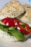 Neue vegetarische Sandwichrolle mit Linsenpastete und Gemüse O Stockfotos
