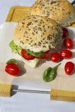 Neue vegetarische Sandwichrolle mit Linsenpastete und Gemüse O Stockbild