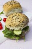 Neue vegetarische Sandwichrolle mit Linsenpastete und Gemüse O Stockfotografie
