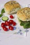 Neue vegetarische Sandwichrolle mit Linsenpastete und Gemüse O Lizenzfreies Stockfoto