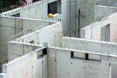 Neue Wände, die auf einer Baustelle aufgerichtet werden Stockfoto