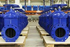 Neue Wasserrohrleitungen mit Ventil auf Vorrat Lizenzfreie Stockfotos