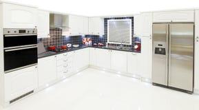 Neue weiße Küche Lizenzfreies Stockfoto