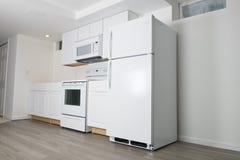 Neue weiße Küche gestalten, Heimwerken um Stockbild