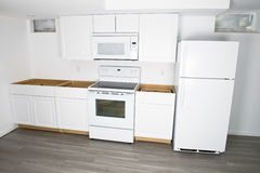 Neue weiße Küche gestalten, Heimwerken um Stockfotografie