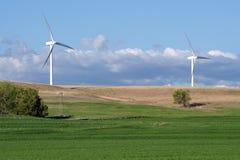 Neue windturbines und alte Windmühle Stockbilder