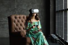 Neue Wirklichkeit ist hier hübsche junge Frau in VR-Kopfhörer, das VR-Kopfhörerdesign ist generisch und keine Logos, Frau mit Glä lizenzfreies stockbild