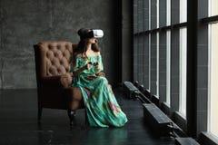 Neue Wirklichkeit ist hier hübsche junge Frau in VR-Kopfhörer, das VR-Kopfhörerdesign ist generisch und keine Logos, Frau mit Glä stockfotos