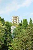 Neue Wohnanlage über blauem Himmel. Stockbilder